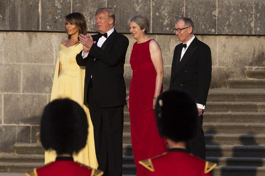 Donald Trump (toinen vas.) ja hänen puolisonsa Melania Trump (vas.) saapuivat torstaina Lontooseen, jossa he tapasivat Britannian pääministerin  Theresa Mayn ja hänen puolisonsa Philip Mayn.