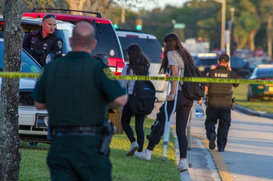 Kouluampumisessa kuoli 14 koulun oppilasta ja kolme henkilökuntaan kuuluvaa ihmistä. Epäilty ampuja oli aseistautunut laillisesti hankkimallaan AR-15-puoliautomaattikiväärillä.