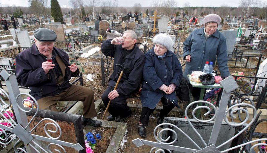 Venäläisseniorit nauttivat lounasta ja ottivat vodkaa kyytipojaksi sukulaishaudalla Moskovan ulkopuolella. Pääsiäismessun jälkeinen hautavierailu on Venäjällä vanha perinne.
