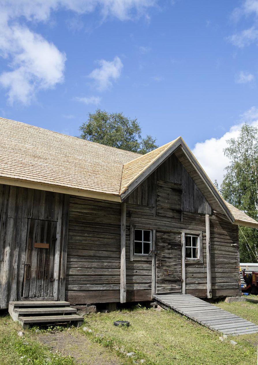 Paavolasta 1980 hankitun navetan katto saa tänä kesänä uuden pärekatteen.