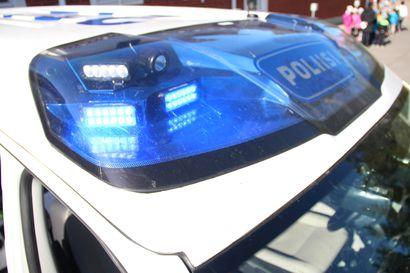 Takaa-ajettu kaahasi yli kahtasataa Kehä kolmosella – poliisiauto suistui tieltä