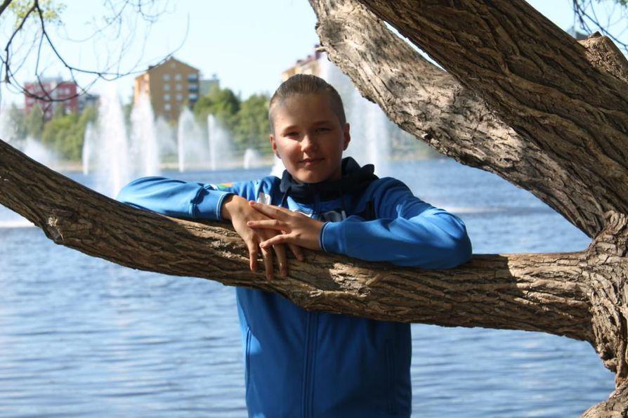 Kesällä Lassi Karvonen pääsee ensimmäistä kertaa elämässään kuvaamaan hääjuhlat.