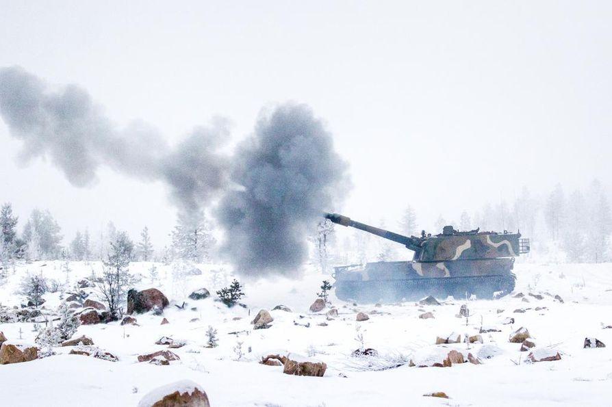 K9-panssarikanuuna puhuu maavoimien vaikuttamisharjoituksessa Rovajärven ampuma-alueella. Ruotsin puolustusministeri Peter Hultqvist ja Suomen puolustusministeri Jussi Niinistö seurasivat yhdessä tätäkin harjoitusta.