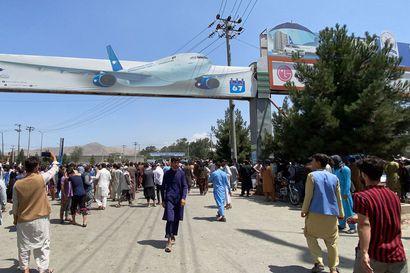 Yhdysvaltain sotilasvoimien rahtikone päästi kyytiinsä yli 600 ramppia pitkin sisään pyrkinyttä afganistanilaista