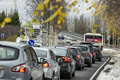 Yksi Oulun vaarallisimmista risteyksistä sai liikennevalot – torstaina käyttöön otettu valo-ohjaus aiheutti ruuhkia Joutsentiellä