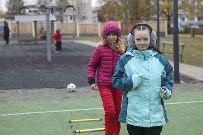 Liikunnan iloa Sauvosaaren koululla – Koululaiset viettivät Suomessa koulupäivää juosten, hyppien ja heittäen