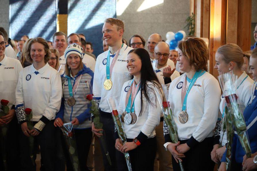 Olympiajoukkue saapui Helsinki-Vantaan lentoasemalle maanantai-iltapäivänä. Eturivissä mitalistit Enni Rukajärvi, Iivo Niskanen, Krista Pärmäkoski ja Minnamari Tuominen.