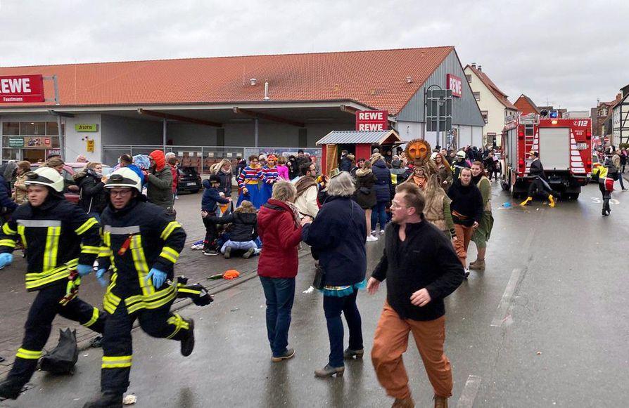Kymmeniä ihmisiä loukkaantui, kun auto ajoi väkijoukkoon karnevaalien aikana Saksan Volkmarsenissa.