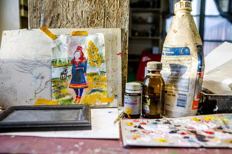 Poro-Kristiina odottaa viimeistelyä maalauspöydällä.