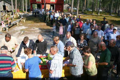 Arkiston aarteet: Iijokiseutu 13.8.2009: Metsästyskausi avattiin Pudasjärven seurakunnan ja riistanhoito-yhdistyksen tilaisuudella Kotiseutu-museolla.