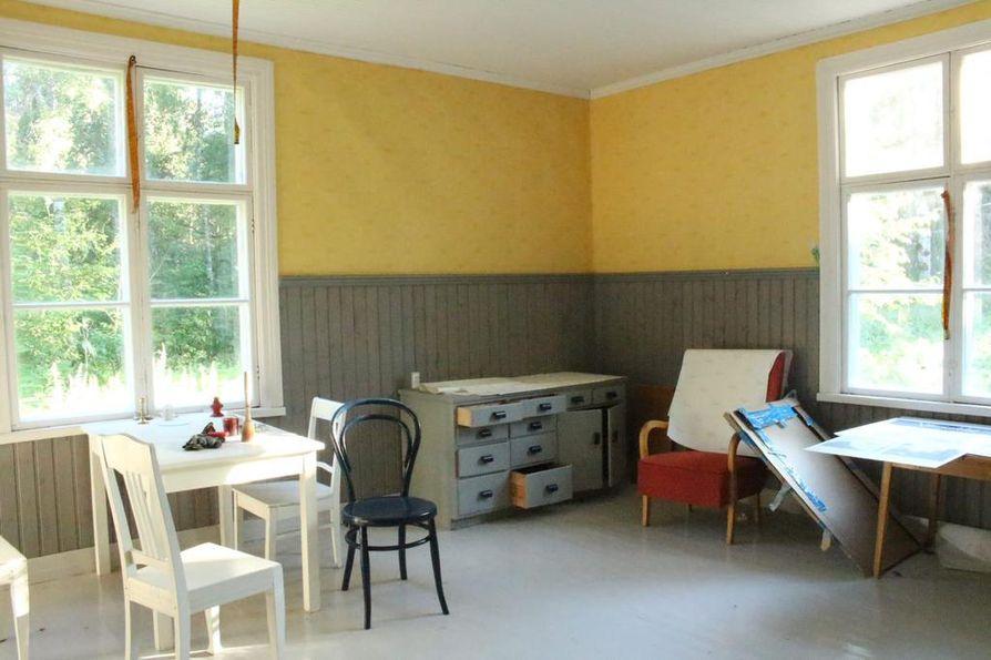 Talojen huoneisiin on jätetty vanhoja huonekaluja.