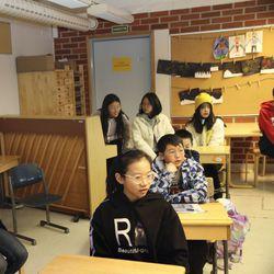Kiinalaiset opettajat ja oppilaat istahtivat Simossa pulpetteihin ja seurasivat mielenkiinnolla ala- ja yläkoulun opetusta