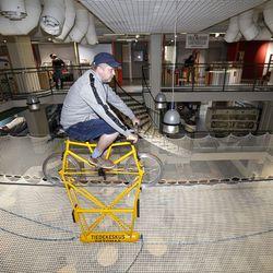 Tietomaan uuden vaijeripyörän rakentaminen vaati yllättäviä rakennuslupia ja siltainsinöörin laskutaitoa –rahaakin paloi kokonaisen näyttelyn verran