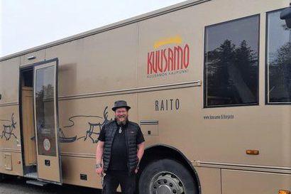 """Ville Haapasalo osti Kuusamon vanhan kirjastoauton - aikoo tehdä siitä liikkuvan hatsapurivaunun: """"Olen innoissani kuin pikkupoika, kun olen saanut tällaisen auton"""""""