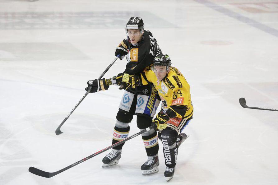 Atte Ohtamaa pelasi viimeksi Kärpissä kaudella 2013–2014. Tuolloin hän vartioit KalPassa pelannutta Jyri Junnilaa, joka nykyään edustaa Kärppiä.