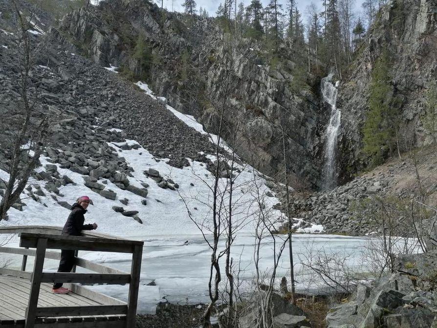 Karhunjuomalammen reitillä Pyhäkasteenputouksella.