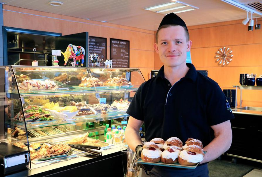 Kahvila Loman yrittäjä Ville Kansanniva leipoo ja kokkaa itse lähes kaikki kahvilan antimet.
