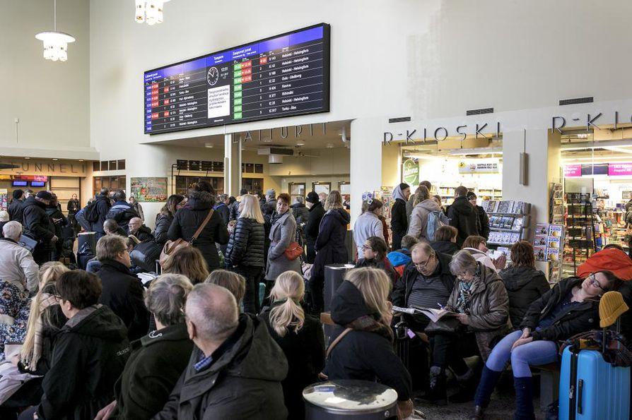 Tampereen rautatieaseman odotusaulassa otetun kuvan kaltaiset tilanteet ovat Suomessa nytkin arkipäivää. Toista on esimerkiksi Italiassa. Saksan suurkaupungeissakin kielletään isot yleisötapahtumat.