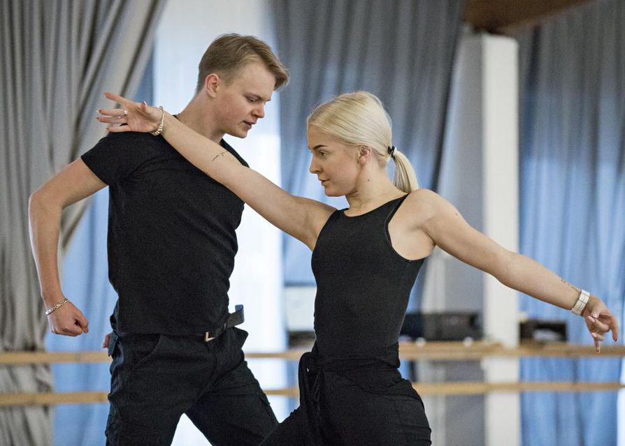 Oululaiset Eetu Lämsä ja Emilia Prykäri valmistautuvat parhaillaan lattareiden MM-kisoihin.