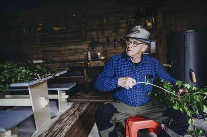 """Saunavihdat tuoksuvat juhannussaunassa – Veli Posio tekee kymmeniä vihtoja kesän aikana: """"Ei tämä mitään tähtitiedettä ole, vaan vanhaa perinnetyötä"""""""