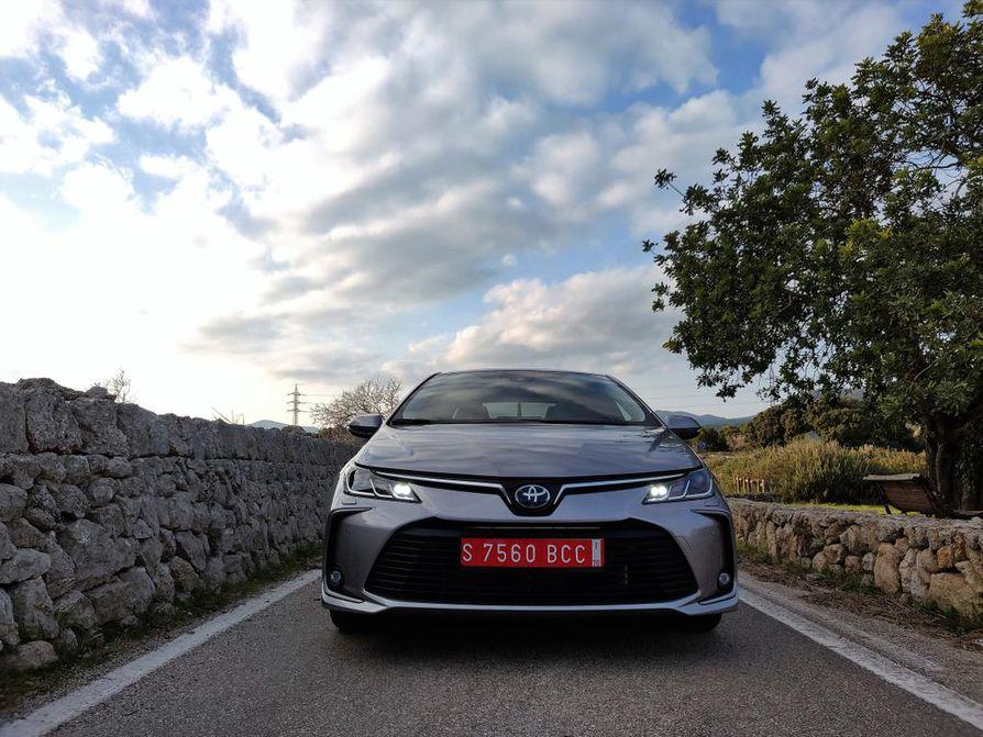 Linjakkaassa sedanissa Corollan uusi muotoilu näkyy puhtaimmillaan. Neliovisen korimallin markkinat ovat muualla maailmalla, Suomessa sedanien valtakausi alkaa olla ohi.