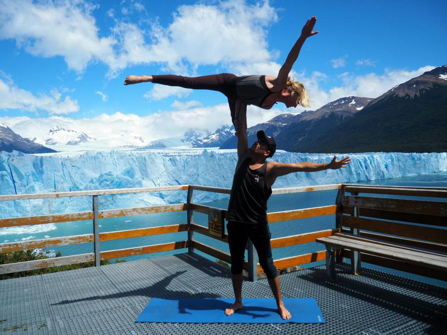 Eveliina Laakko ja Benjamin Contreras Perez liftasivat joulukuussa 2018 Perito Morenoon Argentiinaan, jossa he pääsivät akrojoogaamaan jäätikön reunalla.