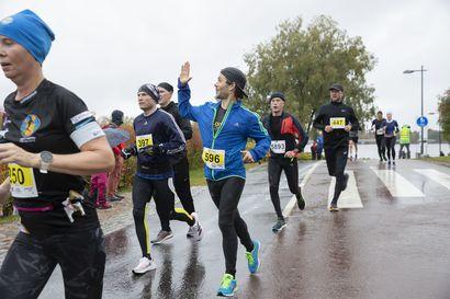 Terwamaraton juostiin vesisateessa, mutta se ei tunnelmaa latistanut – katso kuvia tapahtumasta