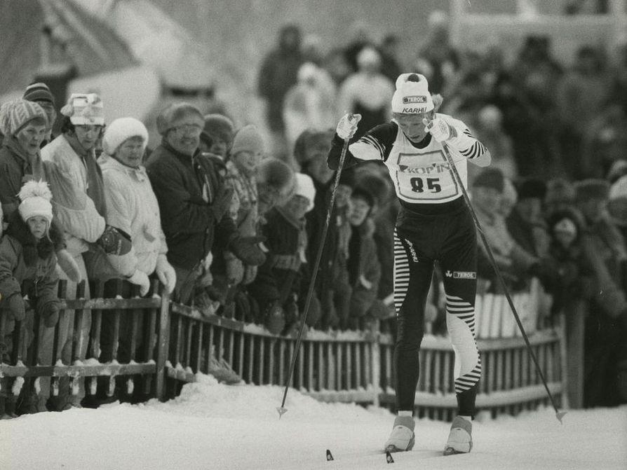 Marja-Liisa Kirvesniemi (o.s. Hämäläinen) on kolminkertainen hiihdon olympiavoittaja Sarajevon kisoista 1984. Yhteensä hän on voittanut 15 arvokisamitalia. Kirvesniemi päätti uransa Lillehammerin olympialaisiin 1994, jossa hän saavutti vielä kaksi pronssimitalia. 1980-luvulla hiihtokilpailuissa riitti myös kotimaassa yleisöä.