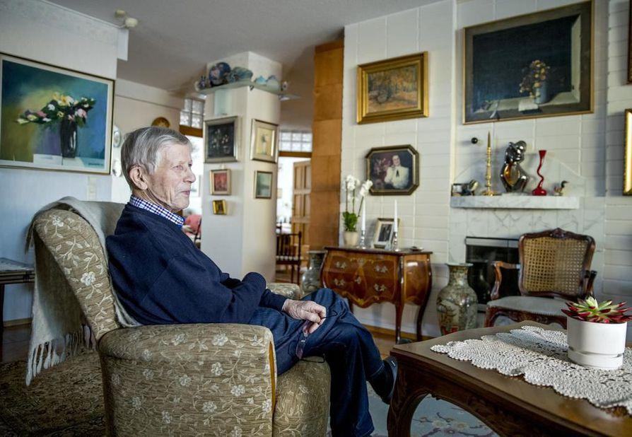 """Osmo Väihkönen on onnellinen saadessaan asua edelleen omassa kodissaan. Arjen apuna ovat Oulussa asuvat tyttäret. Keskustelua vanhusten hoivasta hän seuraa tarkoin. """"Virkamieskunta on niin hidasta. Eivät pysty vastahyökkäykseen, jos sotilastermein ajatellaan."""""""