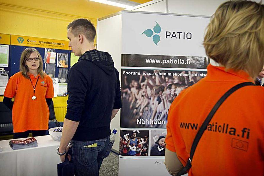 Pation harjoittelija Lotta Haukipuro (vas.)esittelee projektia Juha Aholalle (oik.).