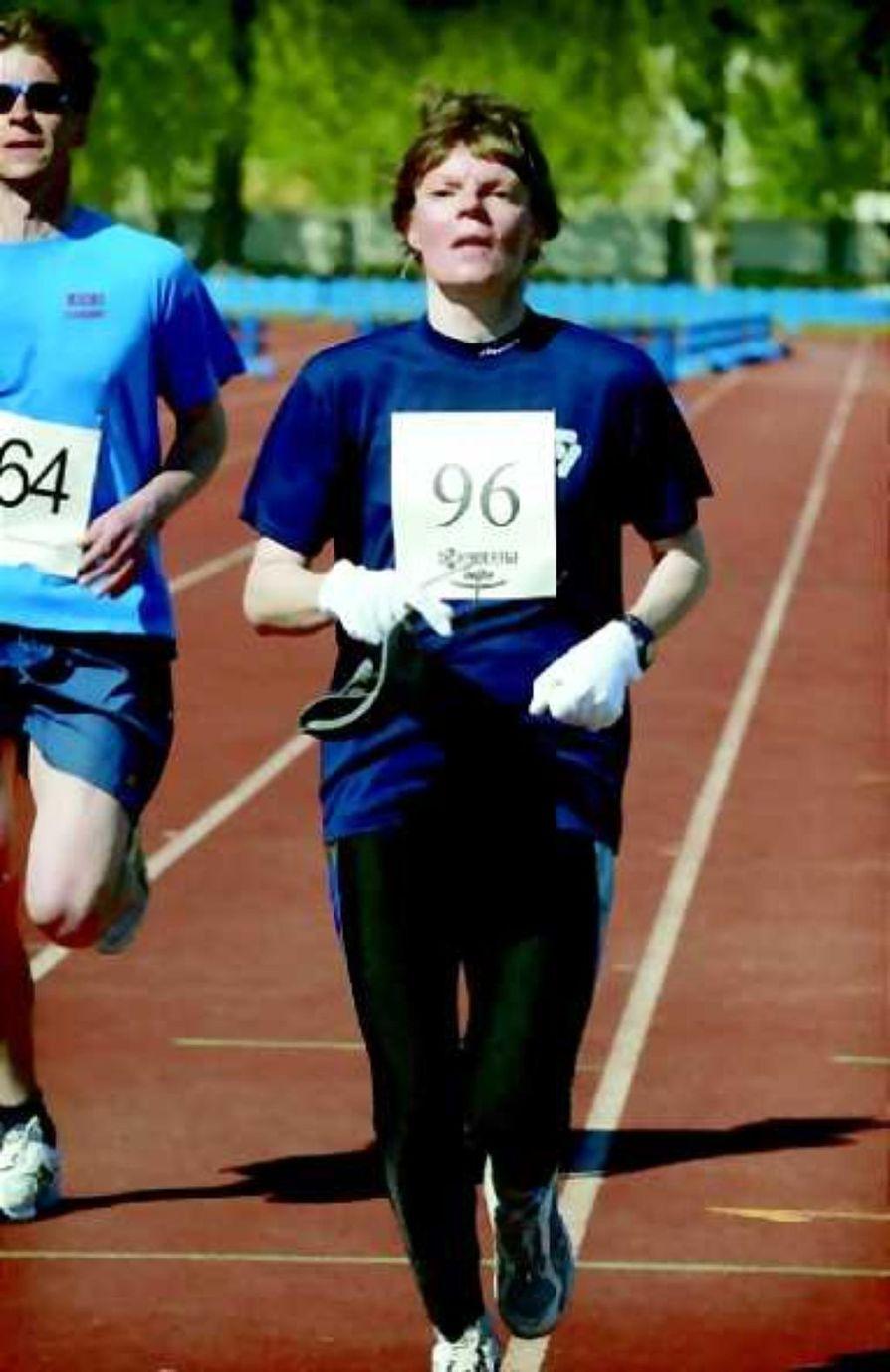 Kadonneen kunnon metsästäjä. Vielä muutama metri ja Anja Saarisesta tulee 14. Oulu-maratonin naisten sarjan voittaja.