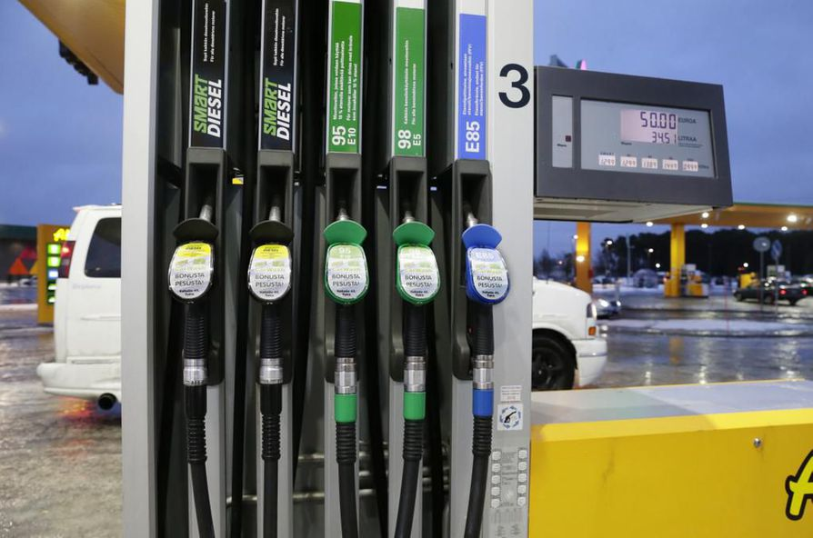 Maanantaina diesel ja ysivitonen olivat muutamalla Oulun seudun asemalla täsmälleen saman hintaisia, kun taas eräillä toisilla tankeilla hintaeroa oli dieselin hyväksi toistakymmentä senttiä. Arkistokuva.