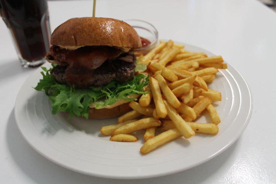 Mikan Cafe & Burgerin ruokalistalla on hampurilaisia, erilaisia hodareita ja pirtelöitä.  Ring of fire on yksi paikan suosituimmista hampurilaisista.