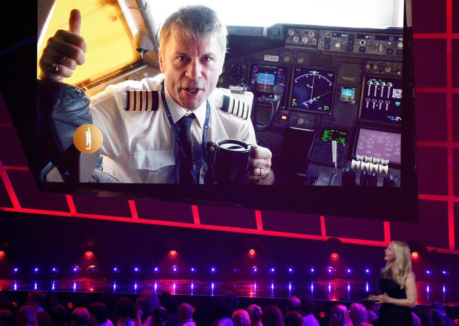 Kun Iron Maiden palkittiin vuoden 2016 Echo Music Awards -gaalassa Berliinissä, Bruce Dickinson piti kiitospuheen videopuhelun välityksellä lentokoneen ohjaamosta.