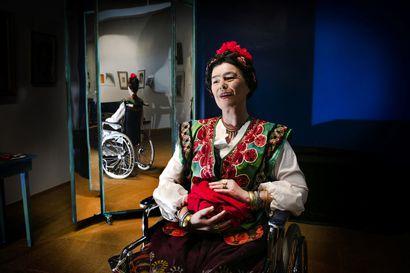 Fridan elämä hirveiden kipujen kanssa – näyttelijä Sirpa Filppa haaveili vuosikymmenet Frida Kahlon tuomisesta teatterilavalle