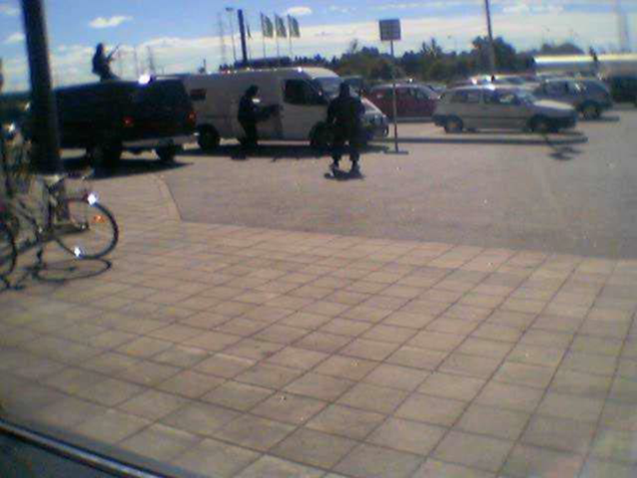 Turun Tampereentien Prisman pihalla yritettiin ryöstää arvokuljetusauto elokuussa 2002.