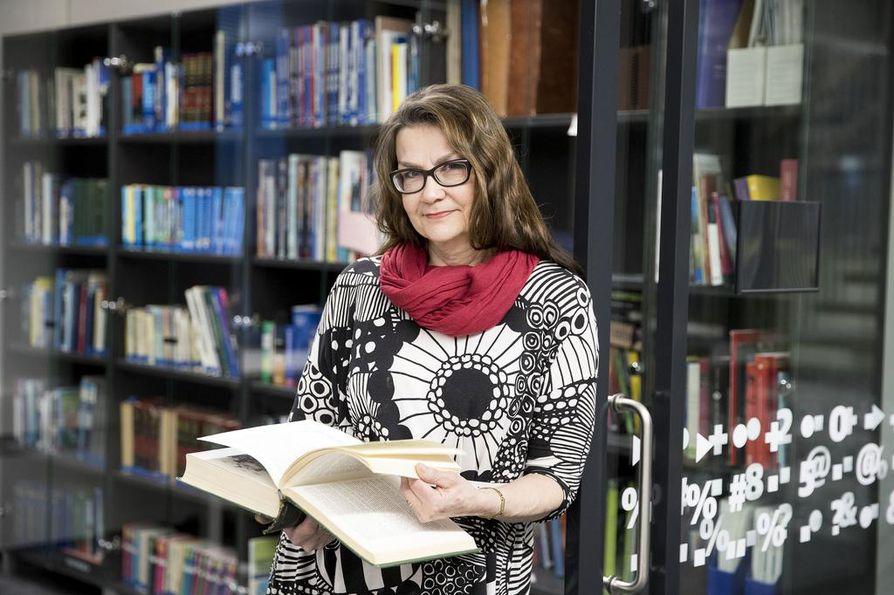 Kalevan toimittaja Liisa Laine etsii taustatietoja useista eri lähteistä.