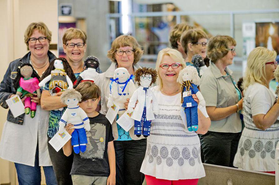 Unicefin vapaaehtoiset Kristiina Nurkkala (vas.), Salme Juntunen, Ilan Risto, Riitta Risto sekä Seija Junnonaho esittelevät näyttelyssä mukana olevia nukkeja. Kaikki nuket myydään, ja osa on jo varattu.