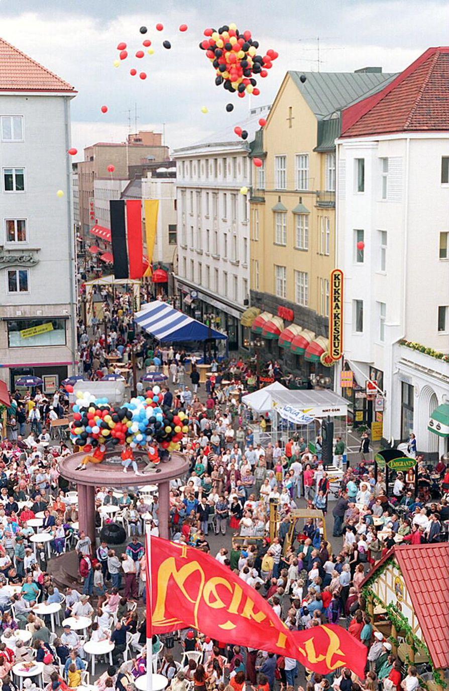 5.7.1996. Weindorf-viinikyläjuhla alkoi keskustassa.