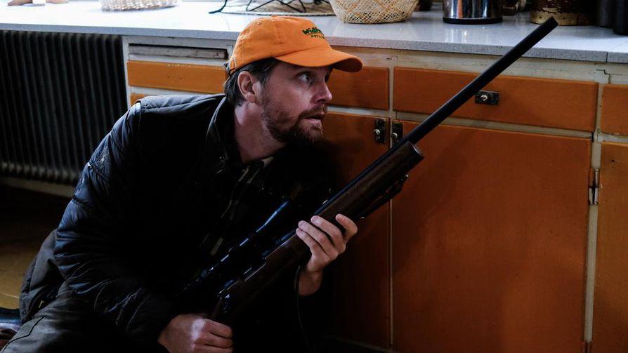 Metsästäjät on nopeatempoinen sarja. Kaivosjohtaja Markus Lindmark vie vieraansa metsästämään mökilleen, kun taas tapahtuu.