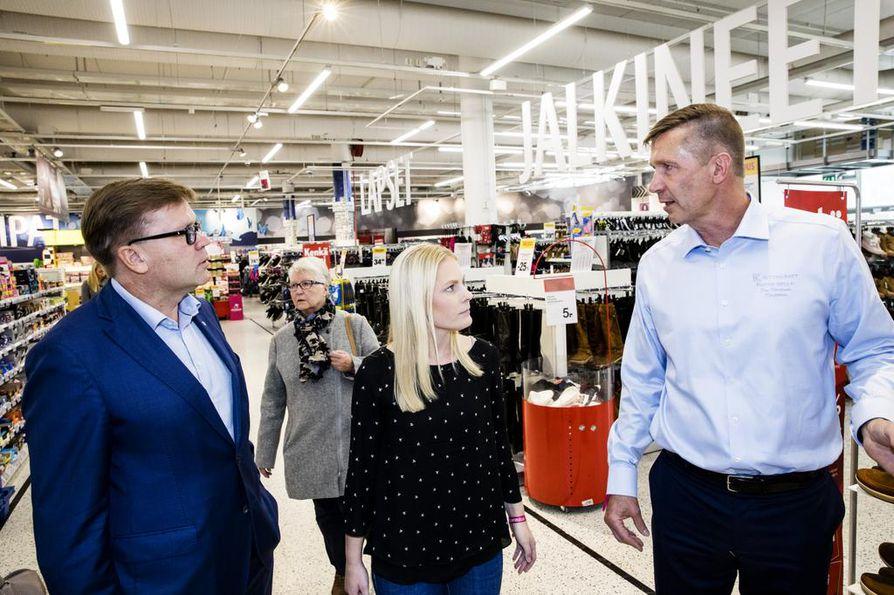 Keskon pääjohtaja Mikko Helander (vas.) luovutti päiväksi pääjohtajuuden 18-vuotiaalle helsinkiläiselle lukiolaiselle Ronja Holopaiselle. Sellon K-Citymarketin kauppias Esa Kiiskinen esitteli kauppaansa.