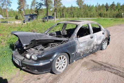 Jaguar paloi poroksi Pudasjärven Apsin pihalla – poliisi tutkii syttymissyytä