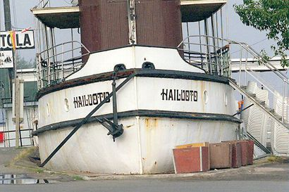 Vanha Kaleva: Oulun torilla maata kyntävässä Hailuoto-laivassa kallistuma