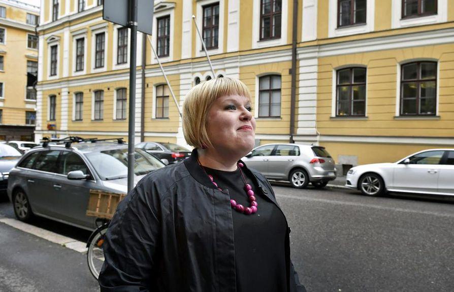 Perhe- ja peruspalveluministeri Annika Saarikon (kesk.) mukaan perhevapaauudistusta valmisteltiin reunaehdoin, jotka toimivat paperilla mutta eivät käytännössä.