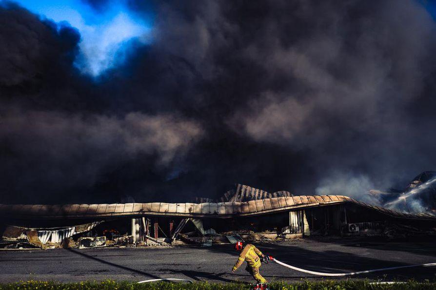 Palokunta on paikalla tehdasalueella vielä aamuun asti raivaus- ja jälkisammutustöissä.