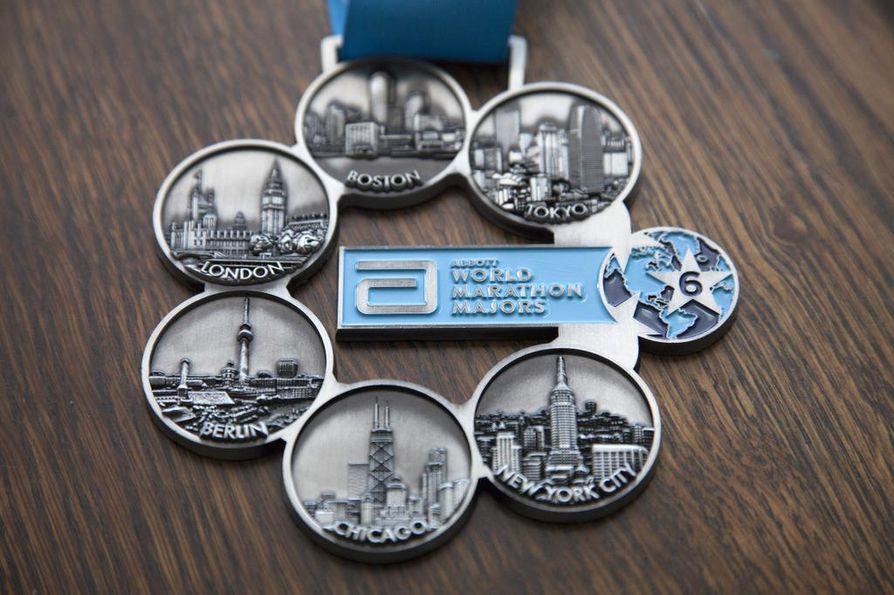 Abbot World Marathon Majors on kuuden maailman suurimman kaupunkimaratonin sarja, johon kuuluvat Tokio, Boston, Lontoo, Berliini, Chicago ja New York. Kuvassa mitali, jonka Tarja Virolainen sai juostuaan kaikki kuusi maratonia.