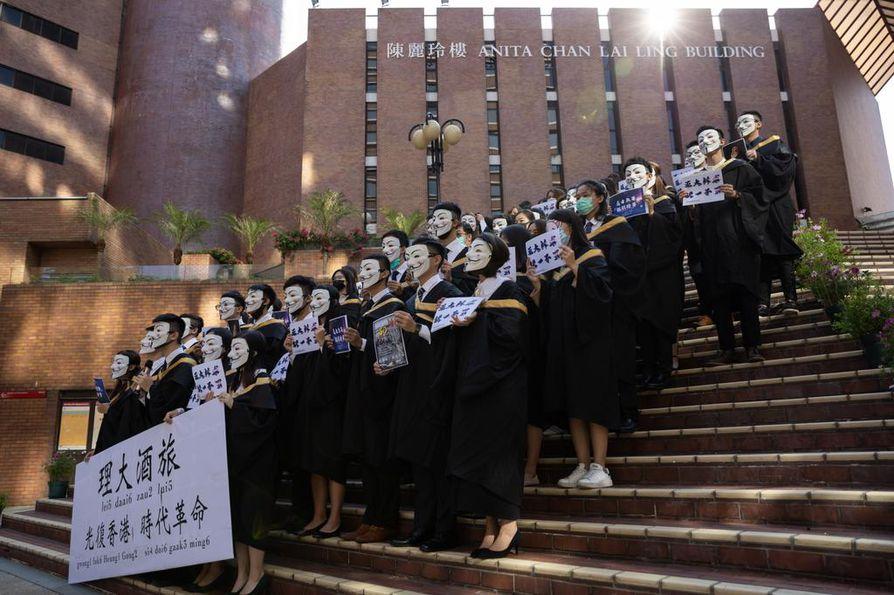 Opiskelijat uhmaavat naamioitumiskieltoa Hongkongin mielenosoituksissa. Lisää mielenosoituksia on suunnitteilla viikonlopulle.
