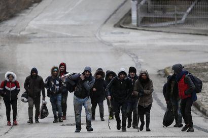 Kreikan poliisi ampui kyynelkaasua kohti pakolaisia Turkin rajalla – 4000 käännytetty, maa aikoo pitää rajat kiinni