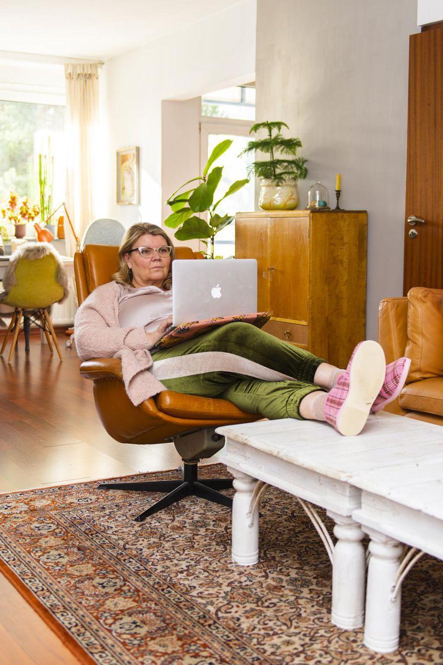 Hetken aikaa voi työskennellä nojatuolissa tai sängyllä retkottaen, mutta pitemmän päälle työpisteeseen kannattaa satsata.