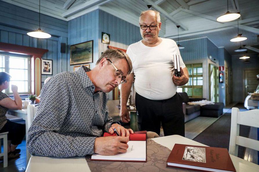 Ranskalaista retkikuntaa avustaneen vääpeli Gustav Buchtin sukulainen, Erkki Tiensuu, saa omistuskirjoituksen Osmo Pekosen toimittamaan kirjaan.
